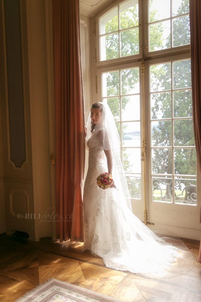 Hochzeit-Braut-Fenster-St-Charles-Hall-Stube-Luzern-Meggen-Bilifotos.ch_