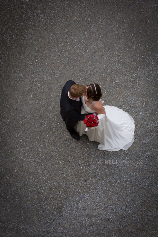 Hochzeit-Brautpaar-von-oben-Schloss-Heidegg-burg-Luzern-Bilifotos.ch_-e1584866131733