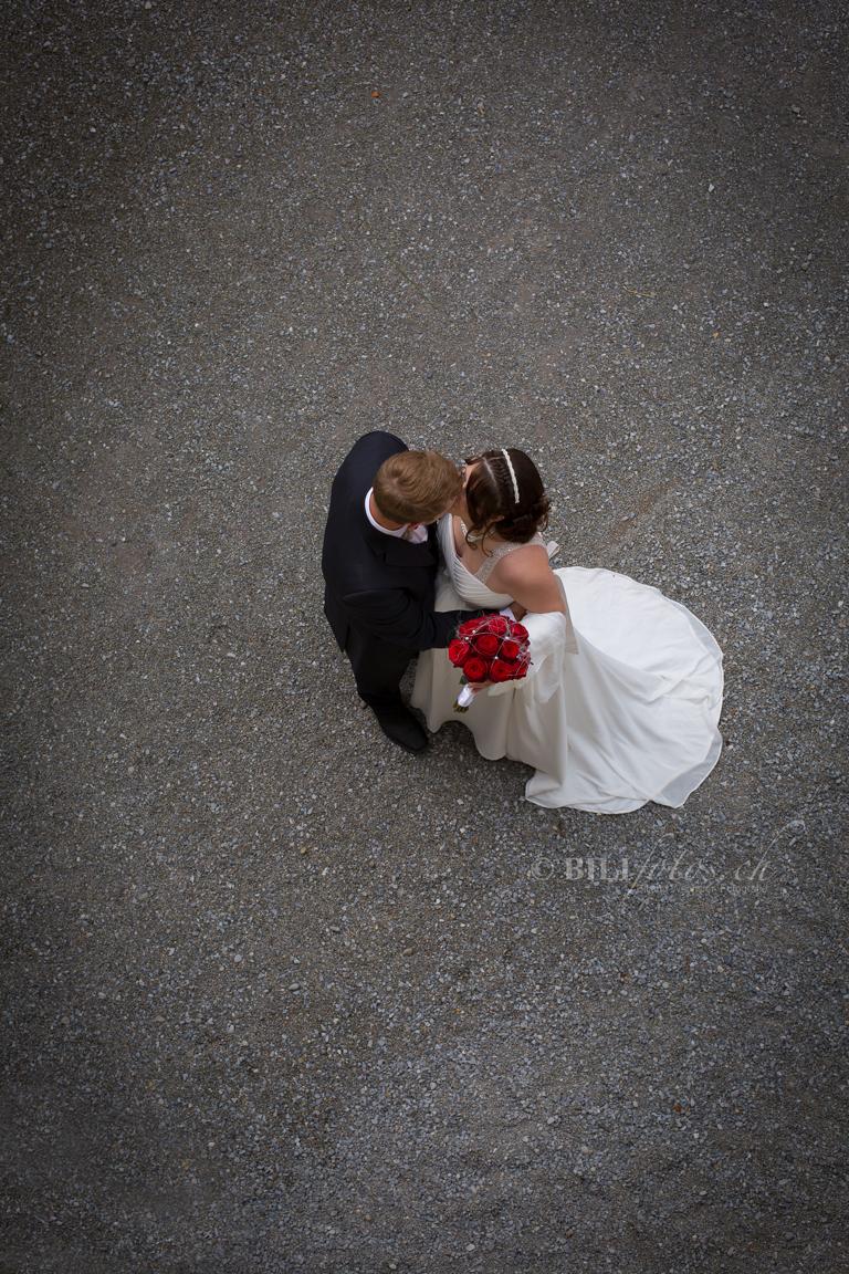 Hochzeit-Brautpaar-von-oben-Schloss-Heidegg-burg-Luzern-Bilifotos.ch_