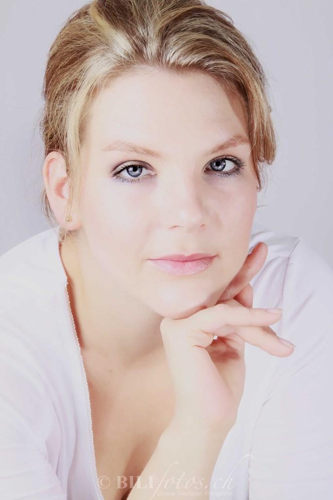 Portrait Frau Blaue Augen Fotostudio Copyrigt Bilifotos