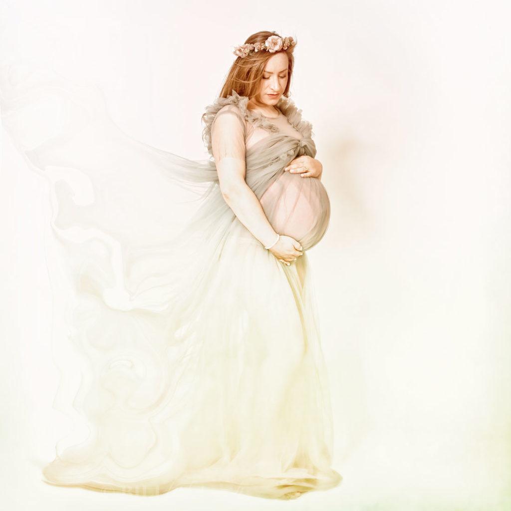 Babybauchshooting romantisch pastel im kleid mit biljana bili wechsler copyright bilifotos.ch