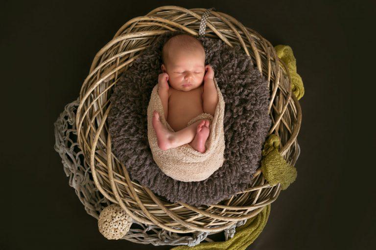 baby fotografie neugeborenen im geflochtenen korb fotostudio bilifotos.ch