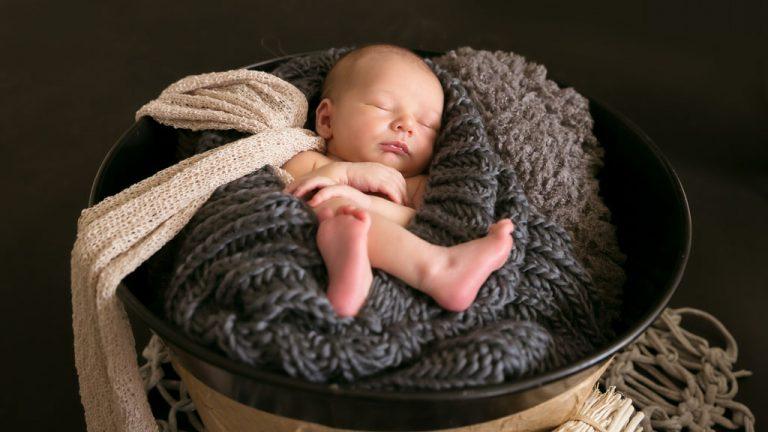 baby fotografie neugeborenen in der wollschal eingewickelt friedlich am schlafen fotostudio bilifotos.ch