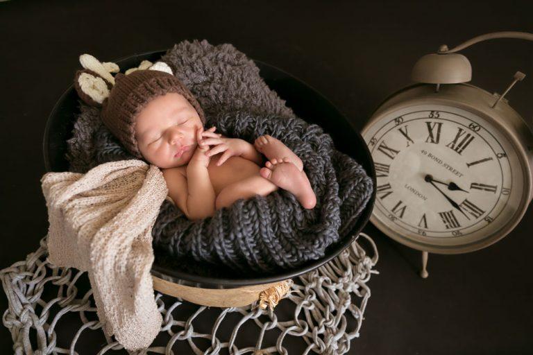 baby fotografie neugeborenen mit der rehe muetze auf dem kopf haende friedlich am schlafen fotostudio bilifotos.ch