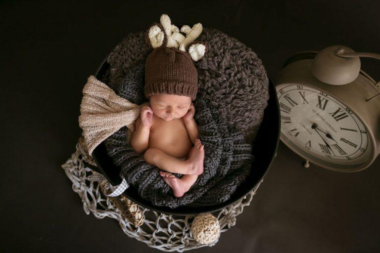 baby fotografie neugeborenen mit rehe muetze auf dem kopf fotostudio bilifotos.ch