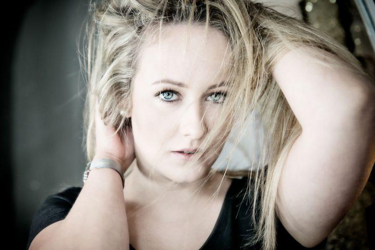 beauty fotoshooting mit biljana bili wechsler modell shooting die frau guckt direkt in die kamera lange blonde haare blaue augen verfuehrischer blick