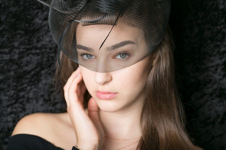 beauty fotoshooting mit biljana bili wechsler modell set cards shooting die frau guckt direkt in die kamera