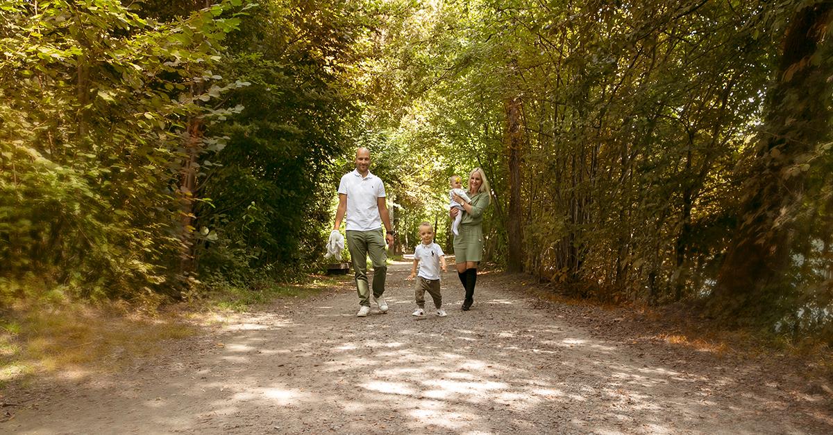 familien fotoshooting outdoor luzern reuss familie am spazieren eltern mit kindern fotografin biljana bili wechsler fotostudio bilifotos.ch