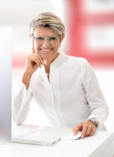 businessfoto im fotostudio bilifotos.ch frau am arbeitstisch helles foto