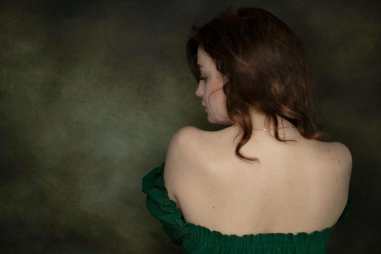 frau im gruenen kleid beauty fotoshooting in fotostudio bilifotos thema vintage